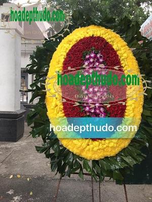 Vòng hoa đám ma tang lễ đẹp kiểu ovan truyền thống được bán tại hà nội