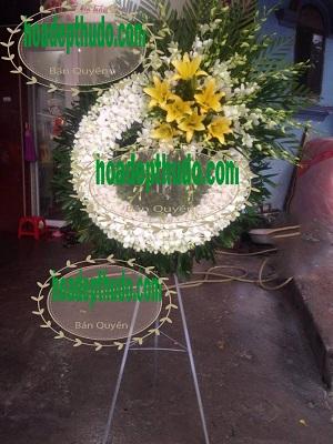 Vòng hoa đám ma kiểu màu trắng dành cho người mất trẻ tuổi ở Hà Nội