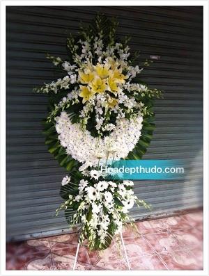 Vòng hoa kiểu sài gòn màu trắng được cắm đẹp tại Hà Nội