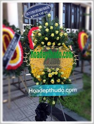 Vòng hoa đám ma tang cắm bằng cúc vàng và hồng vàng đẹp