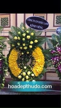 Vòng hoa tang lễ hoa cúc vàng cắm theo phong cách sài gòn đẹp