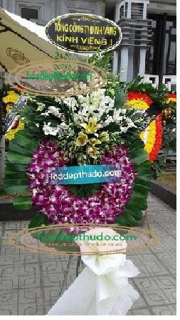 Vòng hoa Tím Trắng cắm theo phong cách sài gòn tạo nên sự sang trọng cho người đi viếng