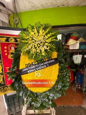Vòng hoa cúc vàng lõi lan to đại tại nhà tang lễ trần vỹ cầu giấy